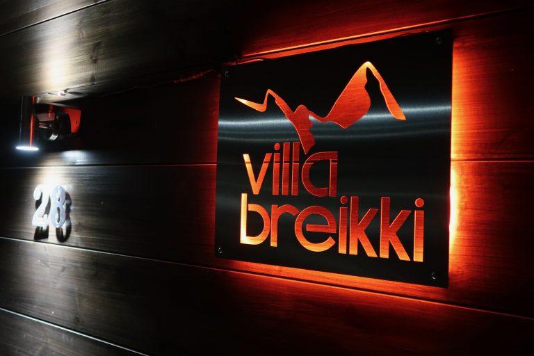 Villa Breikki plate night time